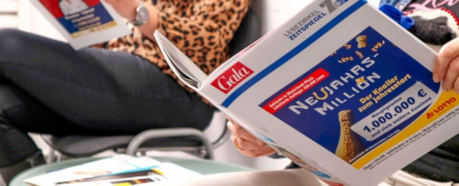 Lesezirkel-Zeitschriften lesen im Wartezimmer